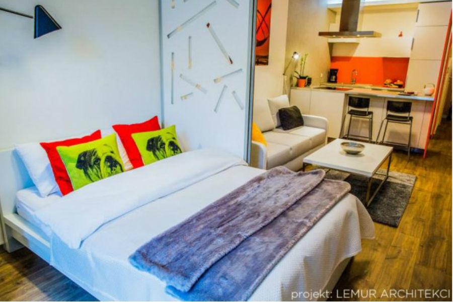 Sypialnia w kolorowym mieszkaniu