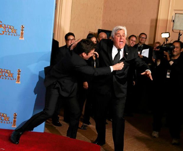 Late night talk show hosts Jimmy Fallon (L) and Jay Leno joke around backstage at the 70th annual Golden Globe Awards in Beverly Hills, California, January 13, 2013.  REUTERS/Lucy Nicholson (UNITED STATES  - Tags: ENTERTAINMENT)   (GOLDENGLOBES-BACKSTAGE) SLOWA KLUCZOWE: :rel:d:bm:TB3E91E0AA8VD
