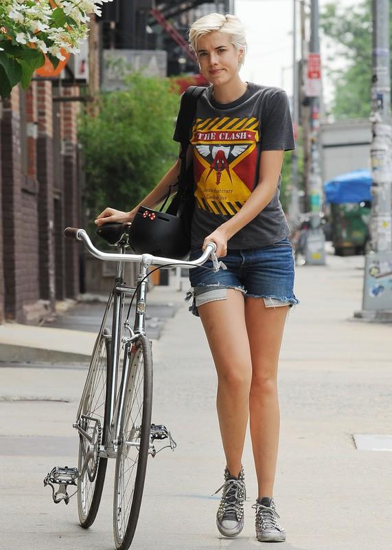 Agyness Deyn na rowerze w Nowym Jorku