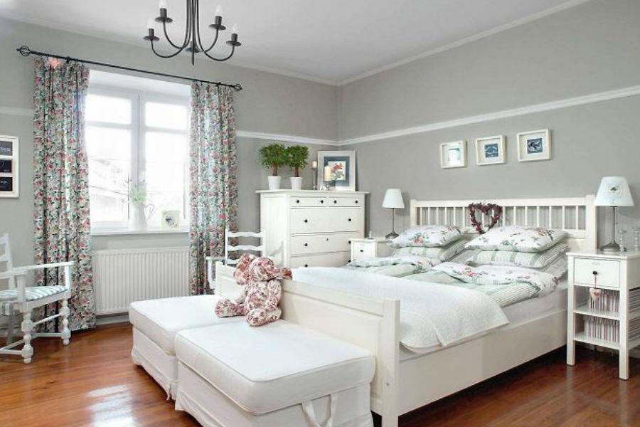 Przytulna sypialnia w chłodnych barwach
