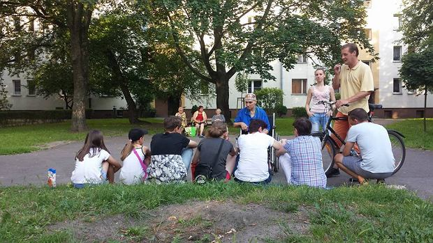 Mieszkańcy Muranowa walczą o przywrócenie ławki na podwórku przy ul. Miłej.