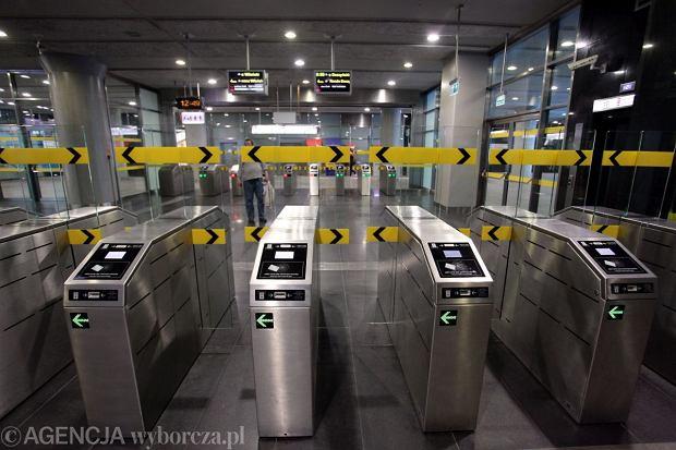 Bramki na drugiej linii metra to szklane drzwiczki, przez które nie da się przeskoczyć