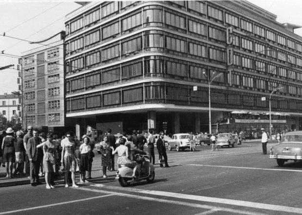 `PHOTO: LECH CHAREWICZ/EAST NEWS  Centralny Dom Towarowy w Alejach Jerozolimskich, Warszawa 1967.