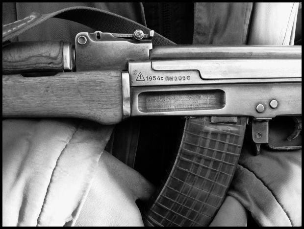 Na zdjęciu oryginalny sowiecki AK wyprodukowany w Iżewsku w 1954 roku. Broń była nadal używana w 2008 roku w Afganistanie. fot. C.J. Chivers