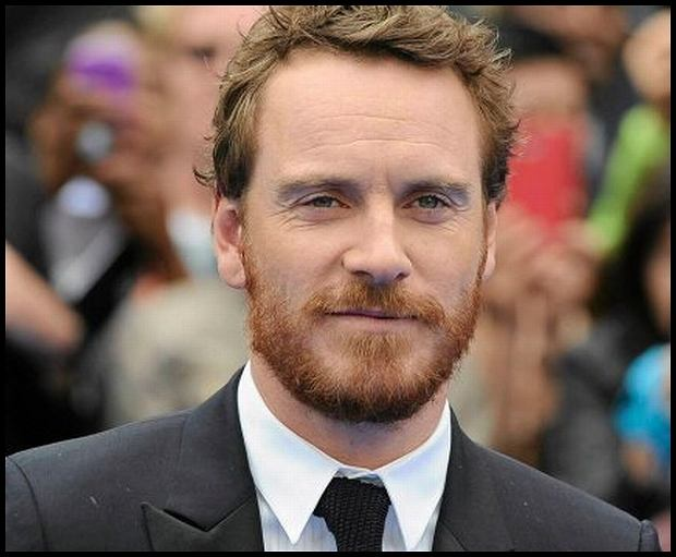 German actor Michael Fassbender poses for photographers at the world premiere of 'Prometheus' in London's Leicester Square May 31, 2012. REUTERS/Paul Hackett   (BRITAIN - Tags: ENTERTAINMENT)  SLOWA KLUCZOWE:  :rel:d:bm:LM1E85V1F8V01