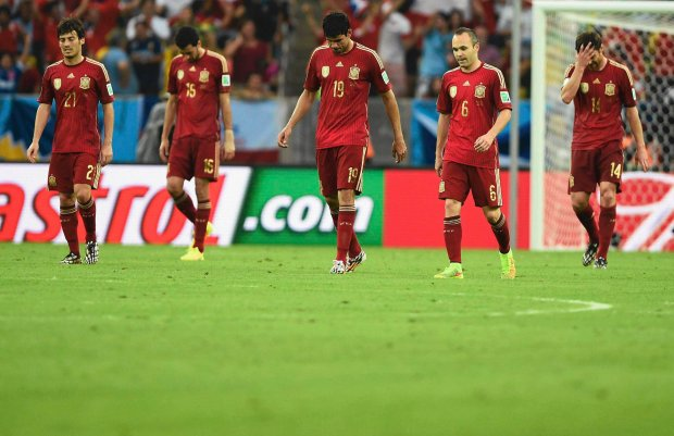 (L-R) Spain's David Silva, Sergio Busquets, Diego Costa, Andres Iniesta and Xabi Alonso react after Chile's Charles Aranguiz scored his team's second goal during the 2014 World Cup Group B soccer match at the Maracana stadium in Rio de Janeiro June 18, 2014. REUTERS/Dylan Martinez (BRAZIL  - Tags: SOCCER SPORT WORLD CUP)      TOPCUP SLOWA KLUCZOWE: :rel:d:bm:TB3EA6I1LXTRT