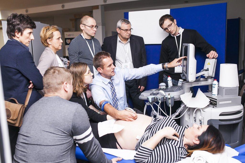 Doktor Wiecheć podczas warsztatów ultrasonografii pokazuje innym lekarzom, jak dobrze diagnozować wady serca u płodu (fot. materiały prasowe)
