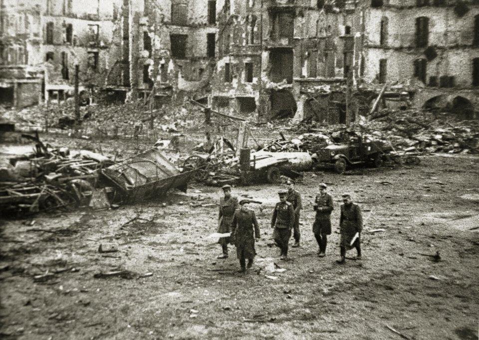 https://bi.gazeta.pl/im/28/0a/11/z17868072V,Parlamentariusze-niemieccy-i-radzieccy--maj-1945.jpg
