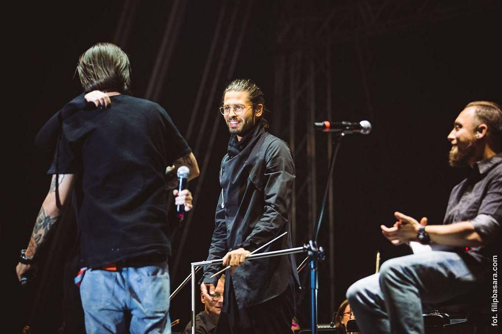 Radzimir Dębski na scenie z Miuoshem (od lewej) (fot. filipbasara.com)