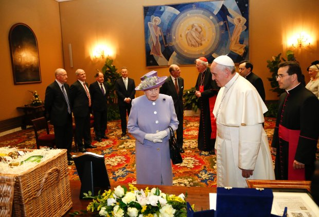 Britain's Queen Elizabeth talks with Pope Francis during a meeting at the Vatican April 3, 2014. REUTERS/Stefano Rellandini (VATICAN - Tags: RELIGION ROYALS)