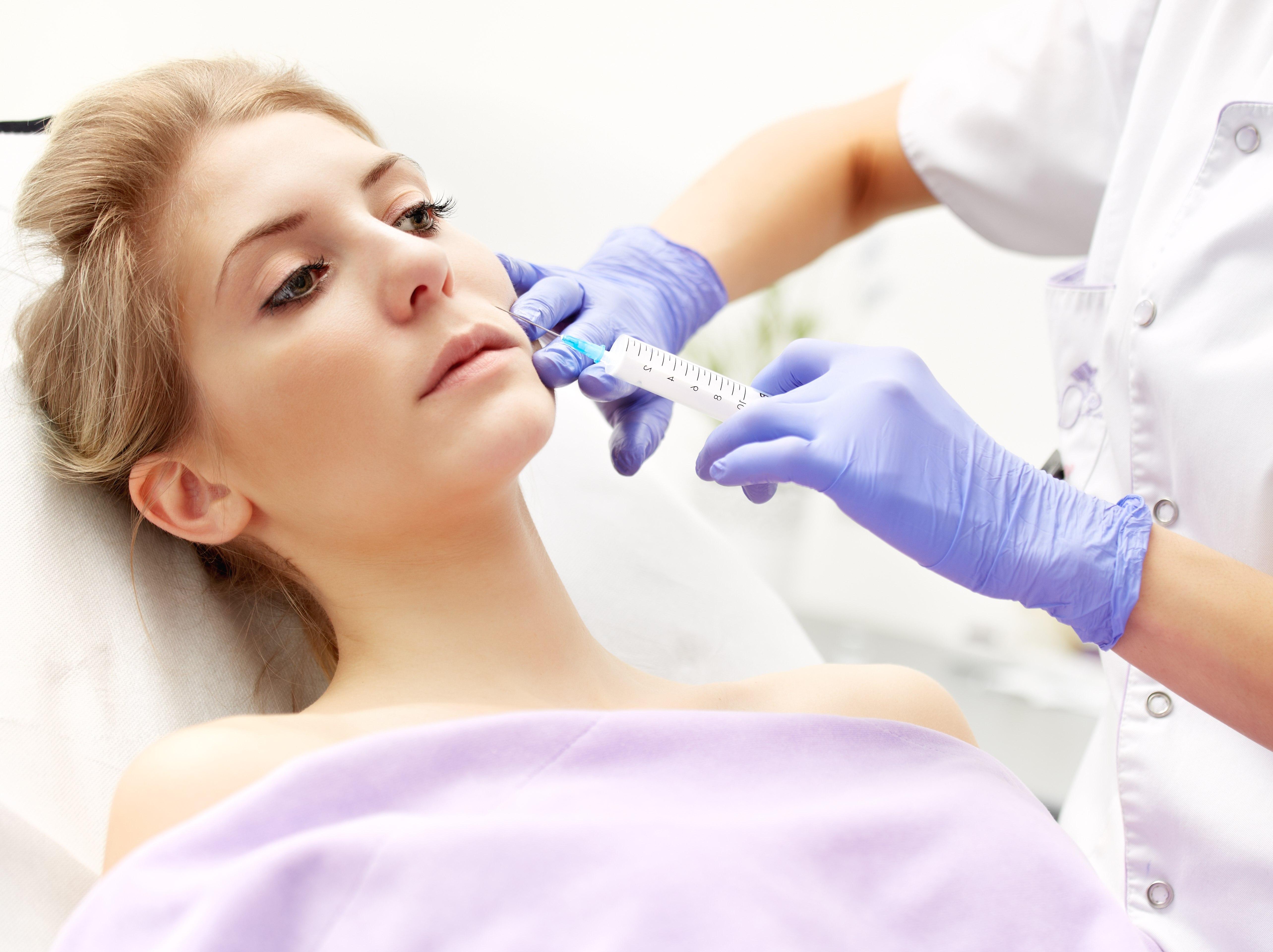 Dlaczego młode, piękne kobiety decydują się na operacje plastyczne? (fot. Shutterstock.com)