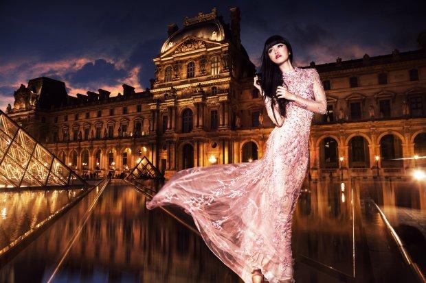 Jessica Minh Anh na tle w Luwru - w sesji promującej paryski pokaz, 2014 r.