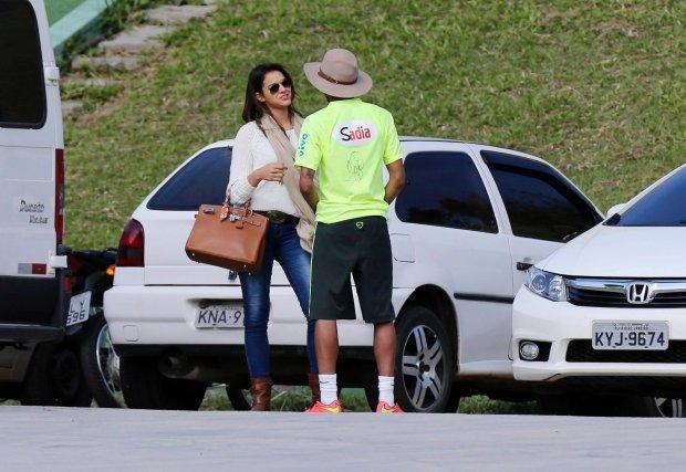 REFILE - RESENDING SMALLER SIZED FILE  Brazil's national soccer team player Neymar talks to his girlfriend, Brazilian actress Bruna Marquezine, after a training session in Teresopolis near Rio de Janeiro June 1, 2014. REUTERS/Marcelo Regua (BRAZIL - Tags: SPORT SOCCER WORLD CUP ENTERTAINMENT)