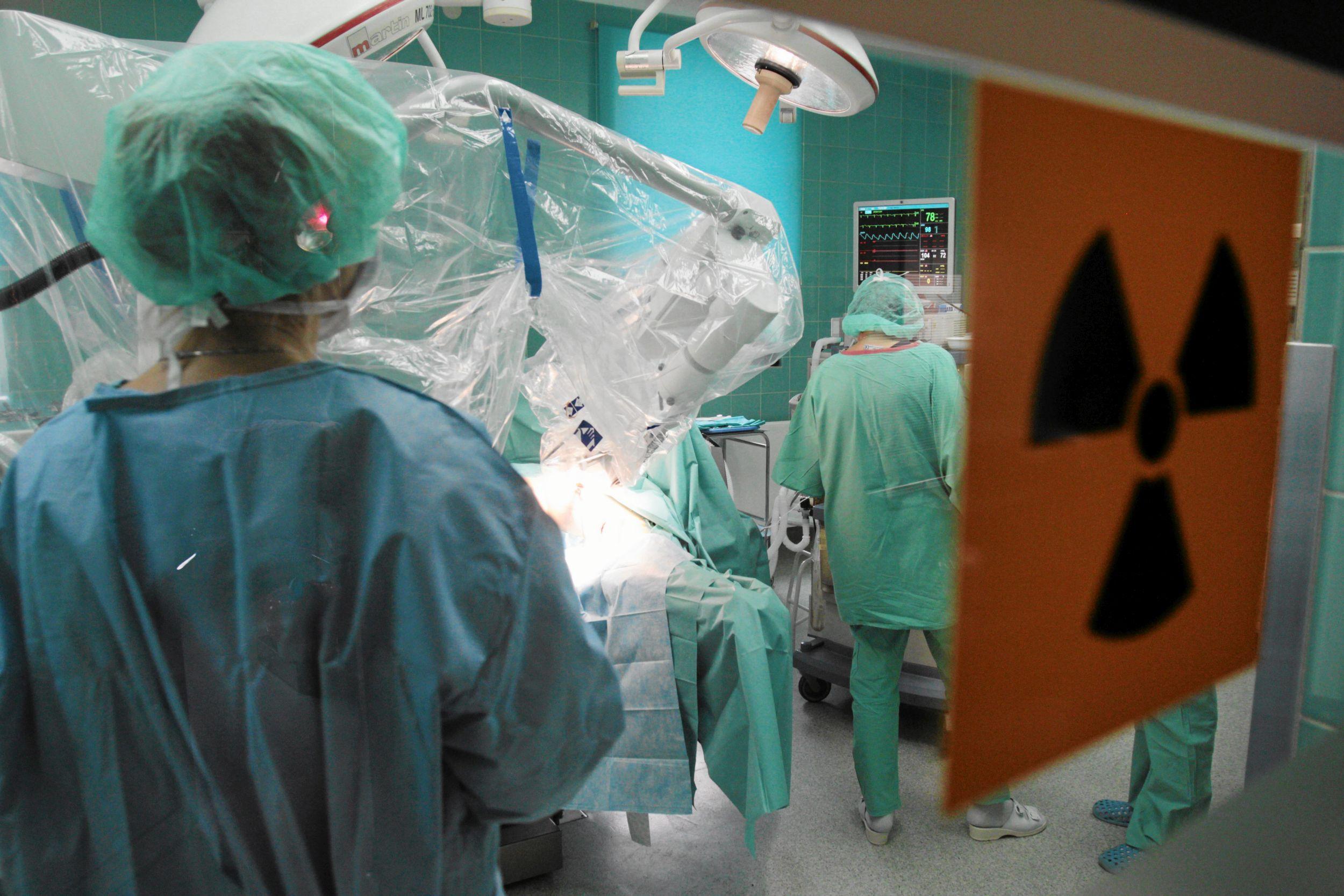 Polscy lekarze wiedzą, że są terapie, które mogą ich pacjentom uratować życie, ale NFZ ich nie refunduje. Prawdopodobnie z tego powodu tylko 14 procent z nich mówi chorym, że jest lek, który może im pomóc, ale nie jest dostępny w Polsce (fot. Jakub Orzechowski / Agencja Gazeta)