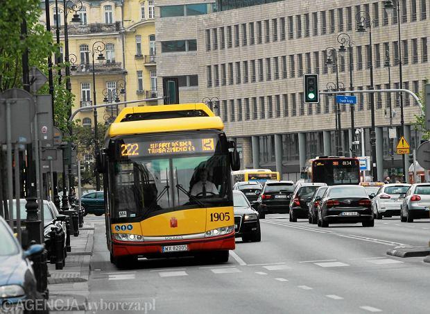 27.06.2015 Warszawa , al. Ujazdowskie . Autobus linii 222 . Fot. Przemek Wierzchowski / Agencja Gazeta SLOWA KLUCZOWE: /FR/
