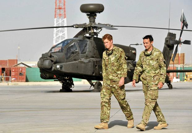 Britain's Prince Harry is shown the Apache helicopter flight line by an unidentified member of his squadron at Camp Bastion, Afghanistan September 7, 2012.  REUTER/John Stillwell/POOL  (AFGHANISTAN - Tags: ENTERTAINMENT CIVIL UNREST MILITARY POLITICS ROYALS) SLOWA KLUCZOWE: :rel:d:bm:LM1E8970RW001