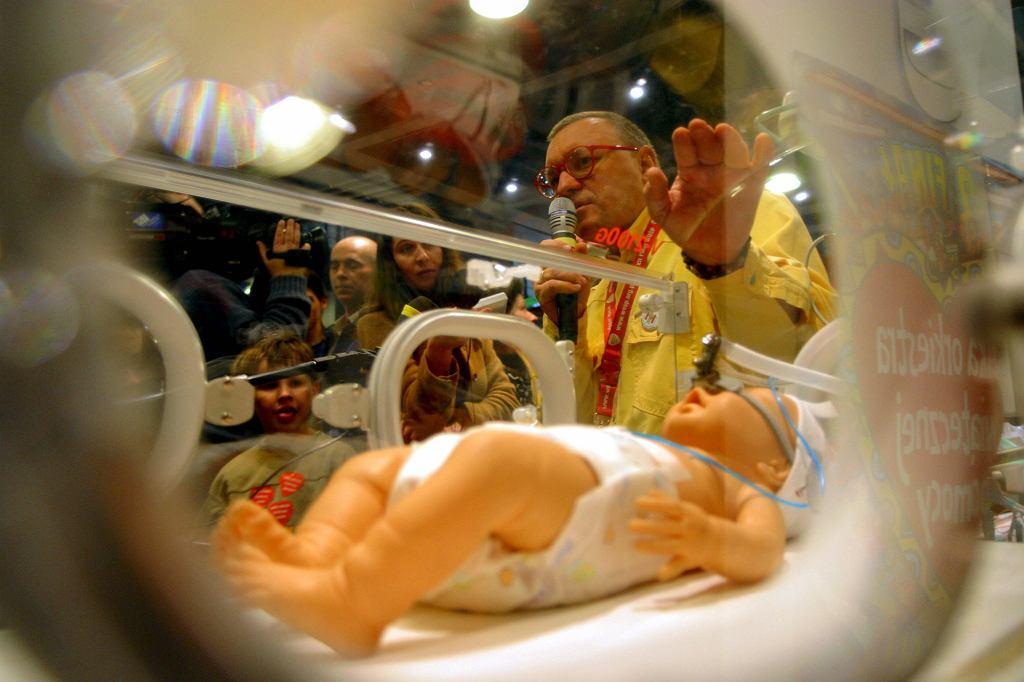 12. finał WOŚP - Jurek Owsiak prezentuje inkubator, który ufundowała Wielka Orkiestra Świątecznej Pomocy (fot. Igor Morye / Agencja Gazeta)