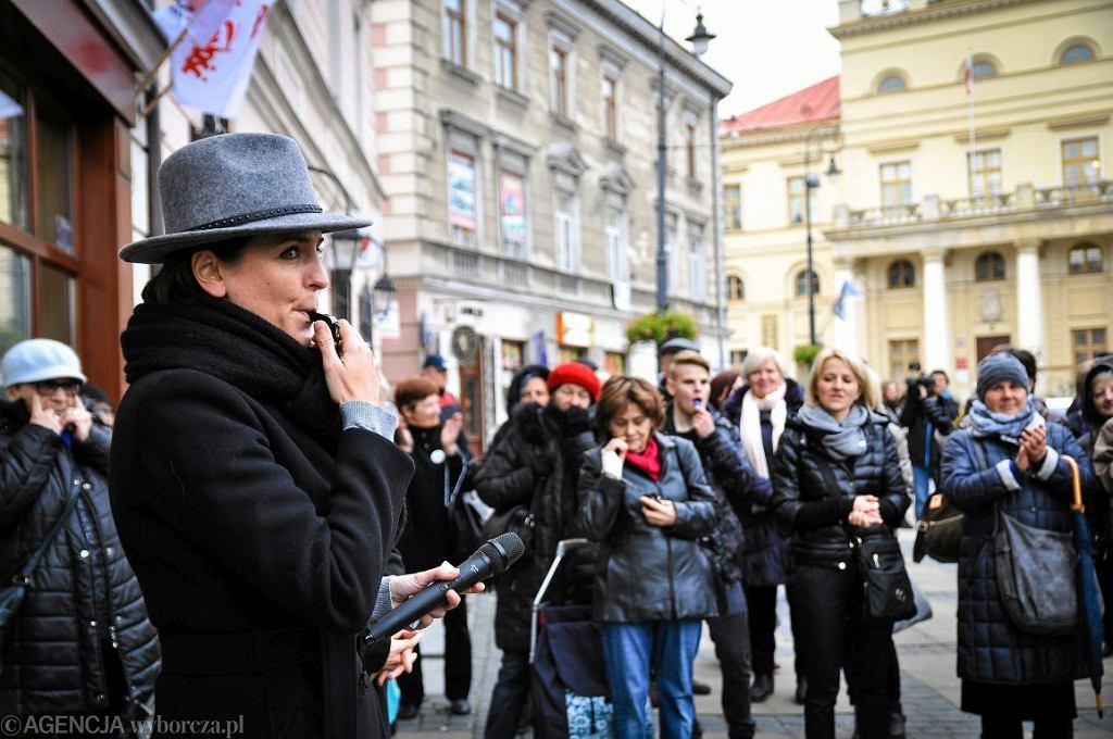 Joanna Mucha podczas strajku kobiet w Lublinie przed biurami PiS (fot. Kamila Pitucha/AG)