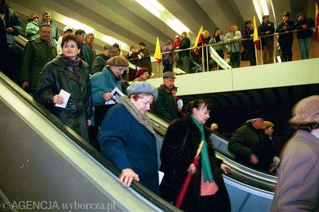 Tłumy warszawiaków w dniu otwarcia pierwszej linii metra 7 kwietnia 1995 roku, stacja Wilanowska