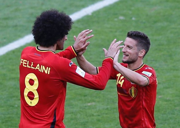 Belgium's Marouane Fellaini (L) and Dries Mertens celebrate after their 2014 World Cup Group H soccer match against Algeria at the Mineirao stadium in Belo Horizonte June 17, 2014. REUTERS/Leonhard Foeger (BRAZIL  - Tags: SOCCER SPORT WORLD CUP)