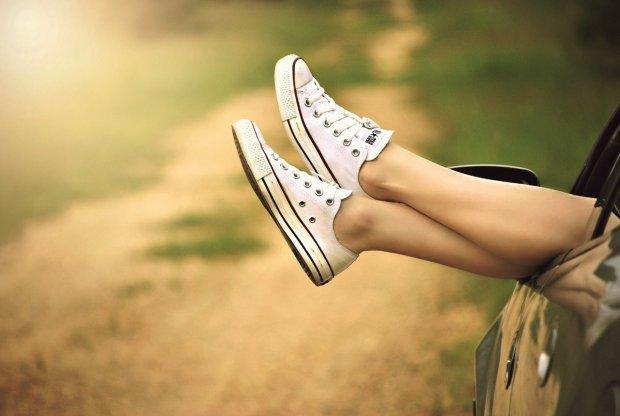 Wietrzenie stóp nie zastąpi oczywiście częstego mycia, ale przewiewne obuwie - jest na wagę złota (fot. www.pexels.com)