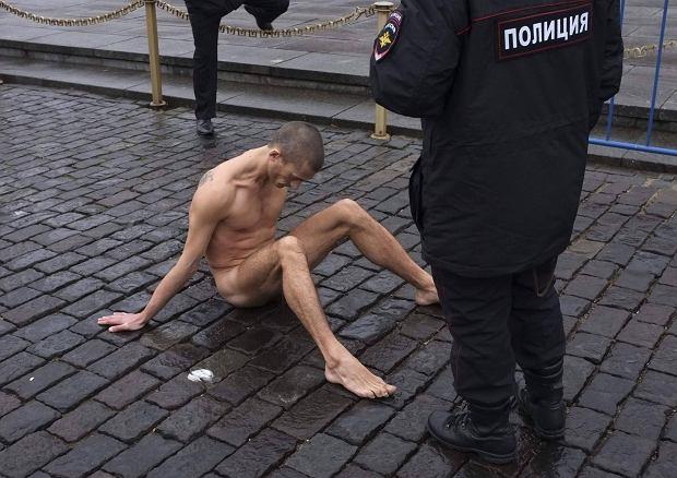 https://bi.gazeta.pl/im/3d/d7/e3/z14931773Q,Piotr-Pawlenski-na-Placu-Czerwonym.jpg