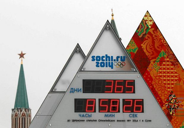 A countdown clock to the 2014 Winter Olympics is seen in front of the Kremlin during a ceremony in central Moscow February 7, 2013. Ceremonies will be launched across Russia on Thursday to mark 365 days left until the start of the 2014 Winter Olympics in the Black Sea resort of Sochi.  REUTERS/Mikhail Voskresensky (RUSSIA - Tags: SPORT OLYMPICS) SLOWA KLUCZOWE: :rel:d:bm:LR1E9270MMVML
