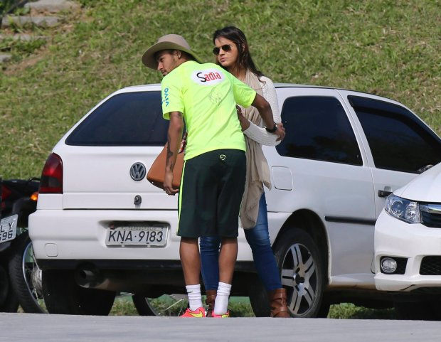 Brazil's national soccer team player Neymar stands next to his girlfriend, Brazilian actress Bruna Marquezine, after a training session in Teresopolis near Rio de Janeiro June 1, 2014. REUTERS/Marcelo Regua (BRAZIL - Tags: SPORT SOCCER WORLD CUP ENTERTAINMENT)