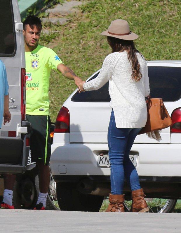 Brazil's national soccer team player Neymar holds his girlfriend Brazilian actress Bruna Marquezine's hand after a training session in Teresopolis near Rio de Janeiro June 1, 2014. REUTERS/Marcelo Regua (BRAZIL - Tags: SPORT SOCCER WORLD CUP ENTERTAINMENT)