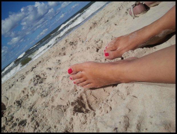 Czerwone kropki po goleniu? Wolę czerwone paznokcie! (fot. Marta Lewin)