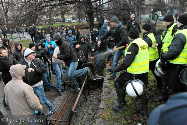 https://bi.gazeta.pl/im/45/71/12/z19339589Q,Policja-rozdziela-walczace-strony-przy-uzyciu-gazu.jpg