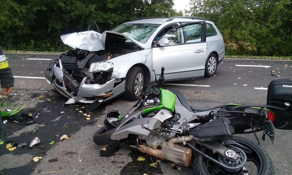 Zaawansowane Samochód osobowy wjechał w motocyklistę. Troje rannych, kobietę YF05