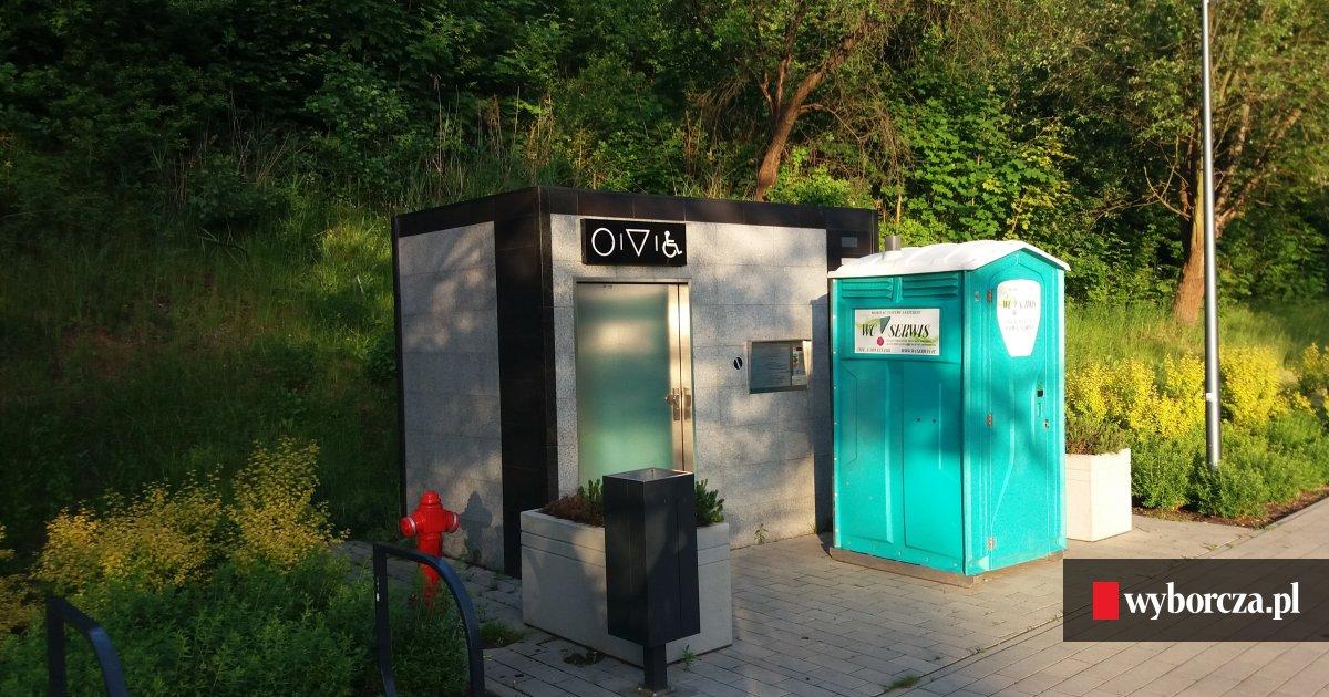 Nowoczesna architektura W parku Centralnym toi toi zamiast nowoczesnej toalety - zdjęcie nr 1 CX71