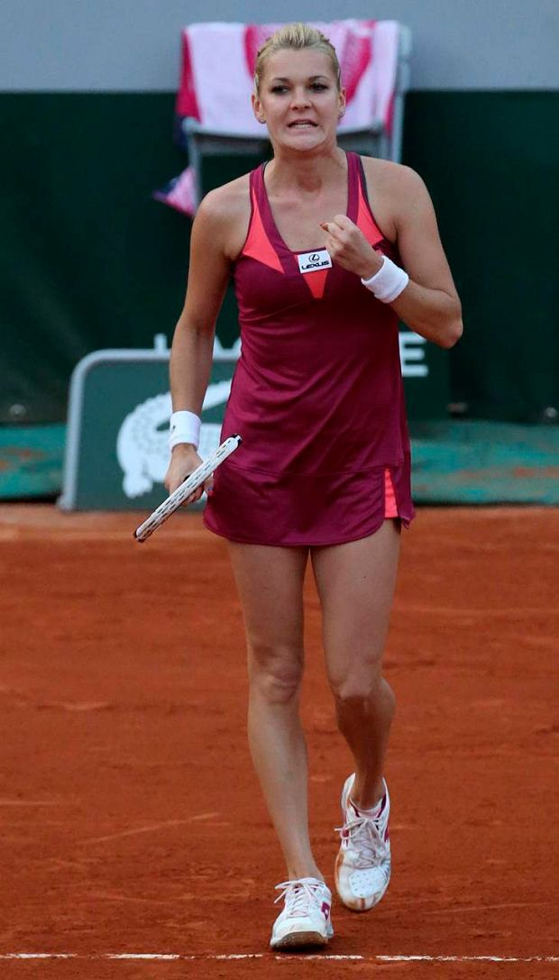Poland's Agnieszka Radwanska clenches her fist as she defeats Serbia's Ana Ivanovic during their fourth round match of the French Open tennis tournament at the Roland Garros stadium Sunday, June 2, 2013 in Paris. (AP Photo/Michel Euler)