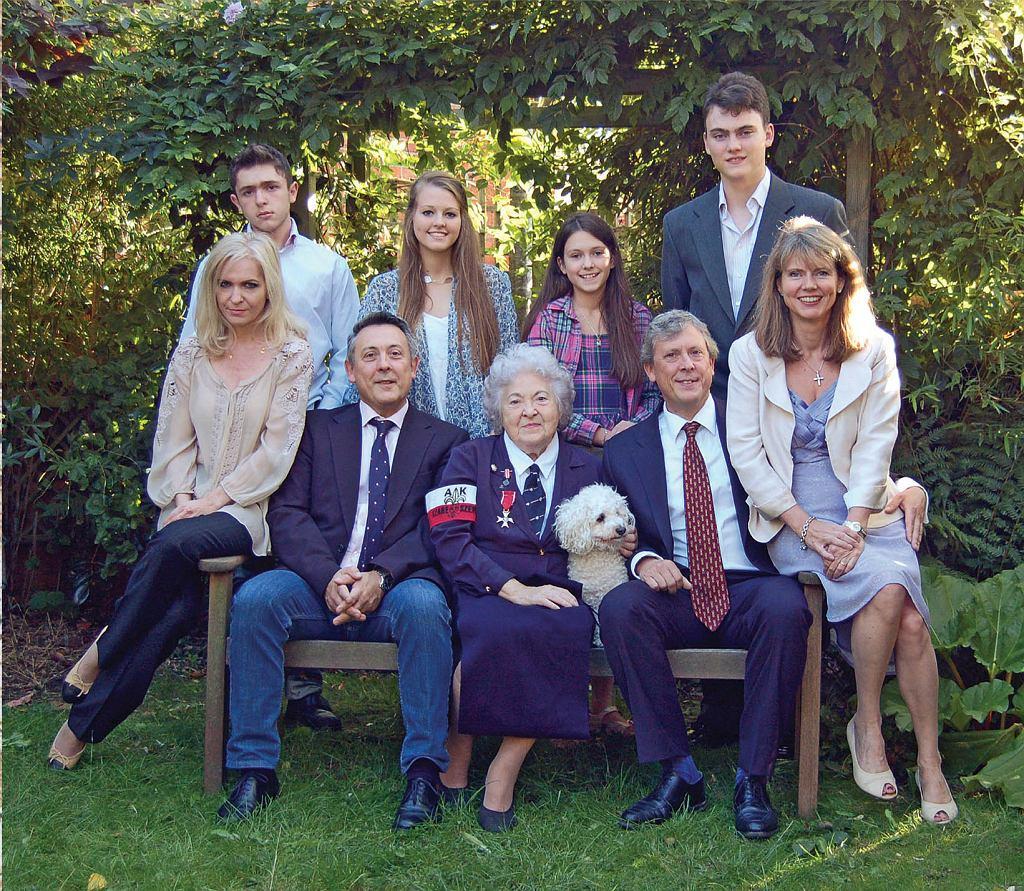 Wira z rodziną. Po lewej: Andrew i jego żona Edyta, po prawej George z żoną, Jacqui. Czwórka wnuków stoi z tyłu, od lewej: Oskar, Emma, Alice i Edward (fot. archiwum prywatne)