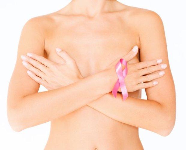Samobadanie piersi to jedna z metod pozwalająca na wczesne wykrycie niepokojących zmian w piersi Shutterstock