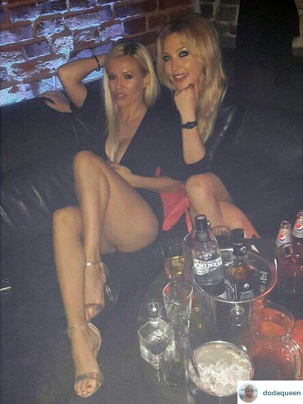 Doda w klubie z koleżanką