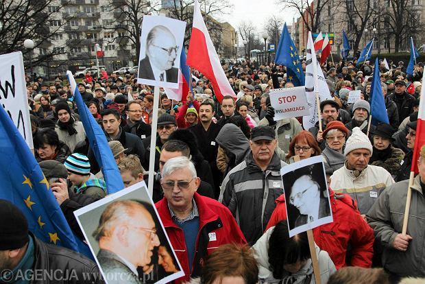 https://bi.gazeta.pl/im/56/70/12/z19334998Q,Manifestacja-KOD-w-obronie-demokracji-na-pl--Grunw.jpg