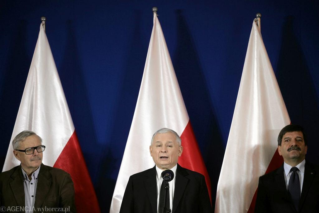 Komitet honorowy Marszu 13 grudnia 2014 r., od lewej: Marcin Wolski, Jarosław Kaczyński, Janusz Śniadek (fot. Sławomir Kamiński/AG)