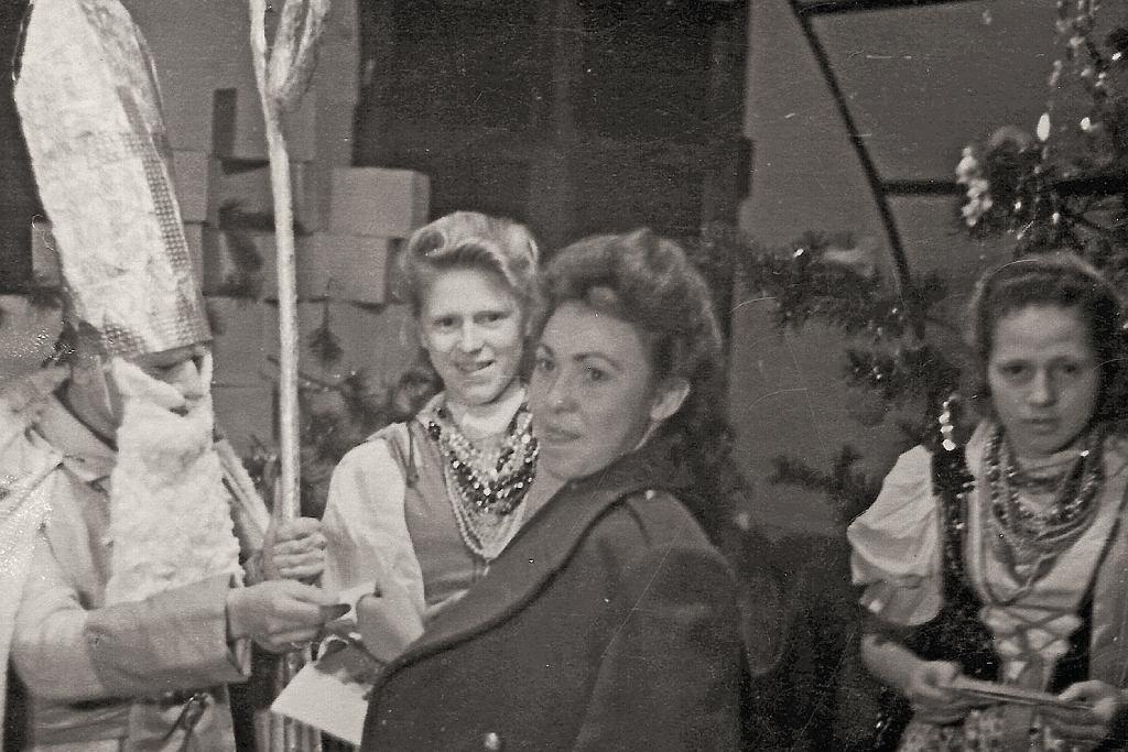 Boże Narodzenie w Doddington Park, 1946 rok. Wira na pierwszym planie (fot. archiwum prywatne)