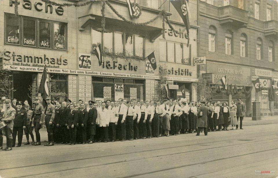 https://bi.gazeta.pl/im/5f/16/13/z20015455V,1-maja-1934-r---pochod-pierwszomajowy-na-ulicy-Pil.jpg