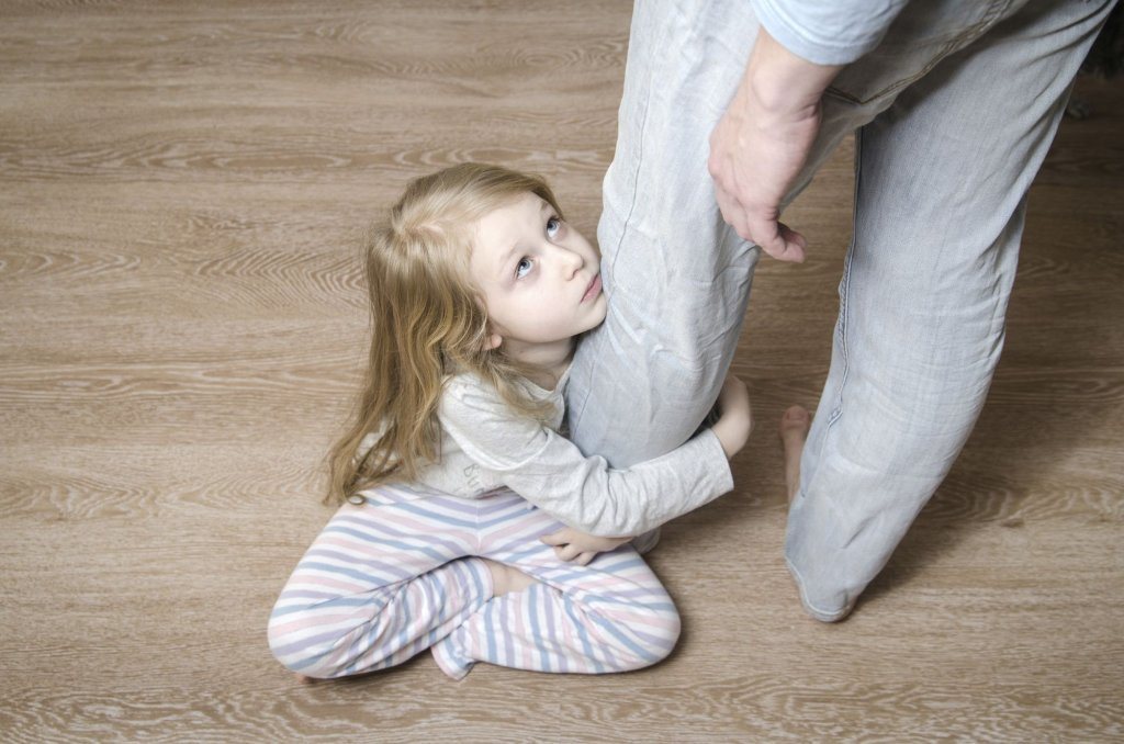 Rozwód rodziców wpływa na dziecko na każdym etapie rozwoju. W przypadku młodszych będzie to zaburzenie poczucia bezpieczeństwa, w przypadku starszych np. agresja (fot. iStockphoto.com)