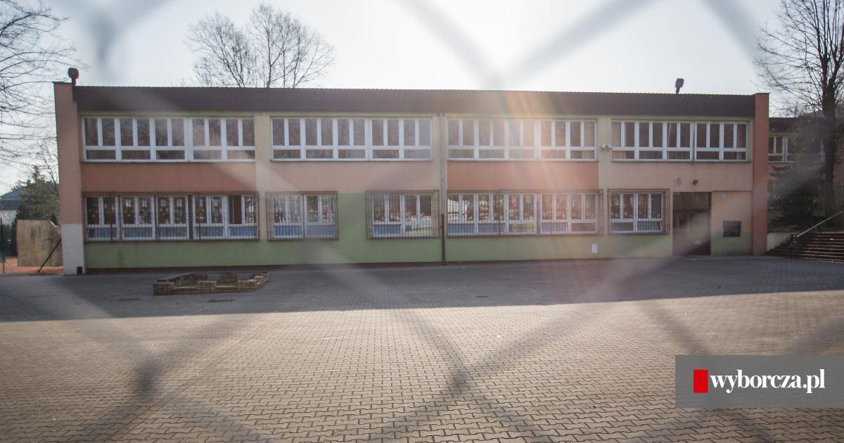 Genialny Uczniowie szkoły podstawowej przy Janickiego w Poznaniu zamknięci EN33