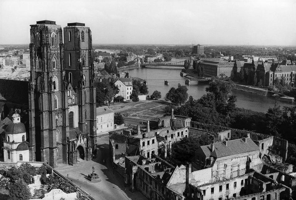 https://bi.gazeta.pl/im/62/74/e8/z15234146V,Widok-Ostrowa-Tumskiego-i-zniszczonego-mostu-Lessi.jpg
