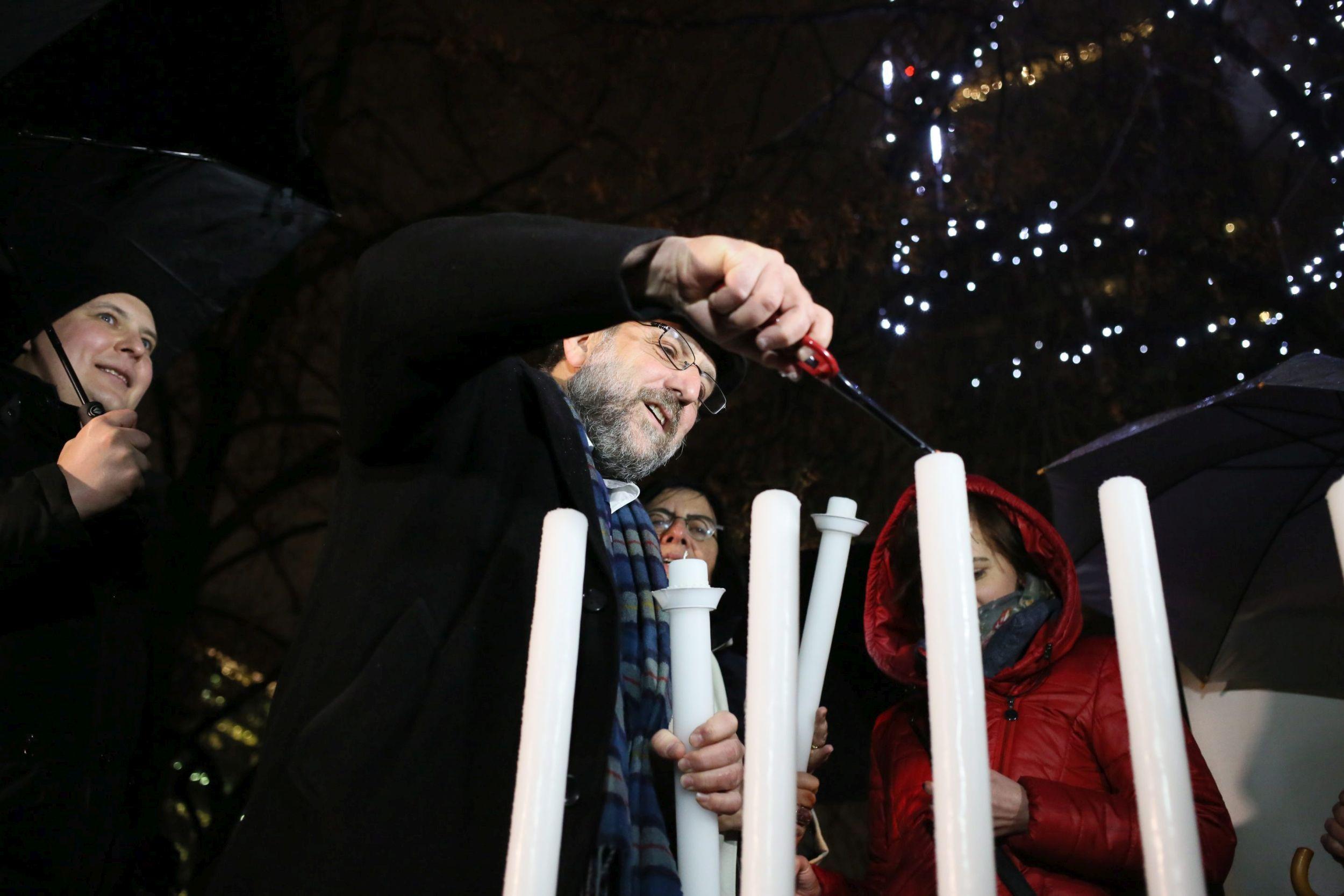 Zapalenie świecy chanukowej na placu Grzybowskim (fot. Agata Grzybowska / Agencja Gazeta)