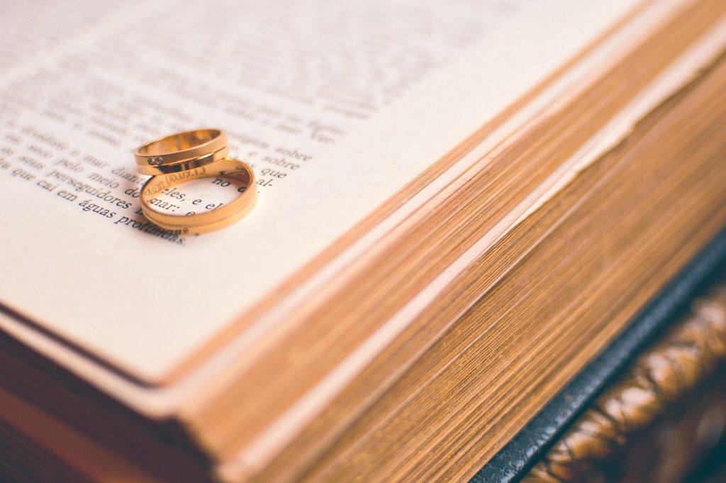 Uroczystość złożenia ślubów czystości przypomina nieco tradycyjny ślub: jest suknia ślubna, welon. Dziewica na palec zakłada też obrączkę (fot. Pixabay.com / zdjęcie ilustracyjne)