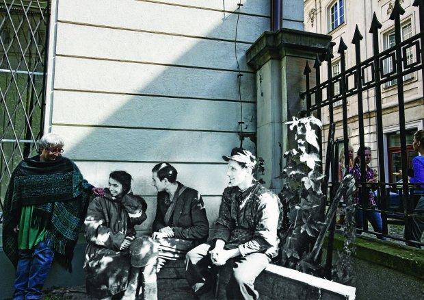 Jedno z dwóch zdjęć na których świat z przeszłości dotknął teraźniejszego - dziewczyna z powstania ze swoją krewną  (fot. Marcin Dziedzic)