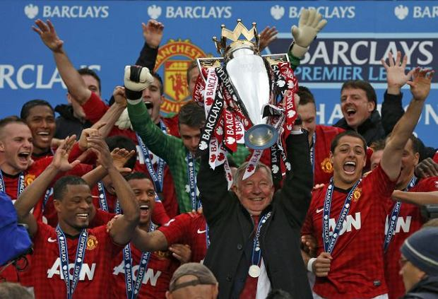 Manchester United manager Alex Ferguson (C) lifts the English Premier League trophy at Old Trafford stadium in Manchester, northern England May 12, 2013. Ferguson's last home match in charge of Manchester United ended in a low-key 2-1 Premier League win over Swansea City as the Old Trafford crowd gave their long-serving manager a warm and emotional send-off on Sunday.  REUTERS/Phil Noble (BRITAIN  - Tags: SPORT SOCCER) FOR EDITORIAL USE ONLY. NOT FOR SALE FOR MARKETING OR ADVERTISING CAMPAIGNS. EDITORIAL USE ONLY. NO USE WITH UNAUTHORIZED AUDIO, VIDEO, DATA, FIXTURE LISTS, CLUB/LEAGUE LOGOS OR 'LIVE' SERVICES. ONLINE IN-MATCH USE LIMITED TO 45 IMAGES, NO VIDEO EMULATION. NO USE IN BETTING, GAMES OR SINGLE CLUB/LEAGUE/PLAYER PUBLICATIONS.