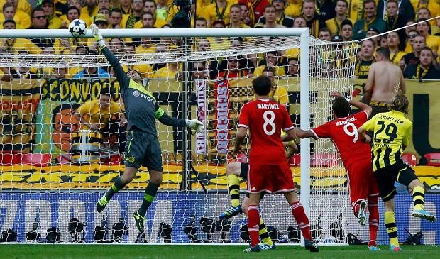 Borussia Dortmund's goalkeeper Zlatan Alomerovic (L) saves a shot by Bayern Munich's Mario Mandzukic during their Champions League Final soccer match at Wembley Stadium in London May 25, 2013.     REUTERS/Darren Staples (BRITAIN  - Tags: SPORT SOCCER)