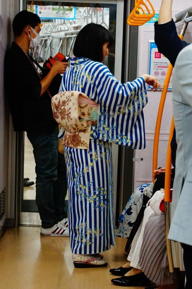 Rzadki widok w Tokio - kimono w wagonie metra